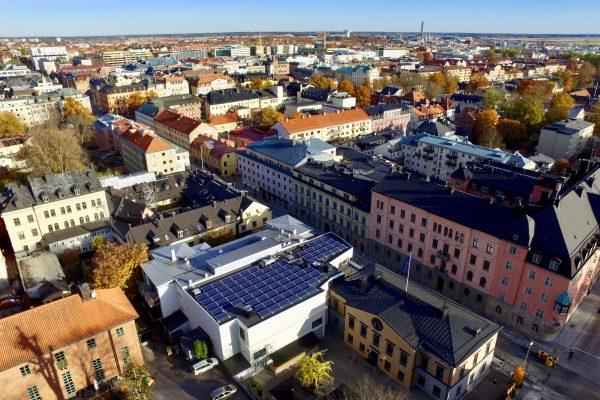 Solceller på Stockholms nations tak i Uppsala