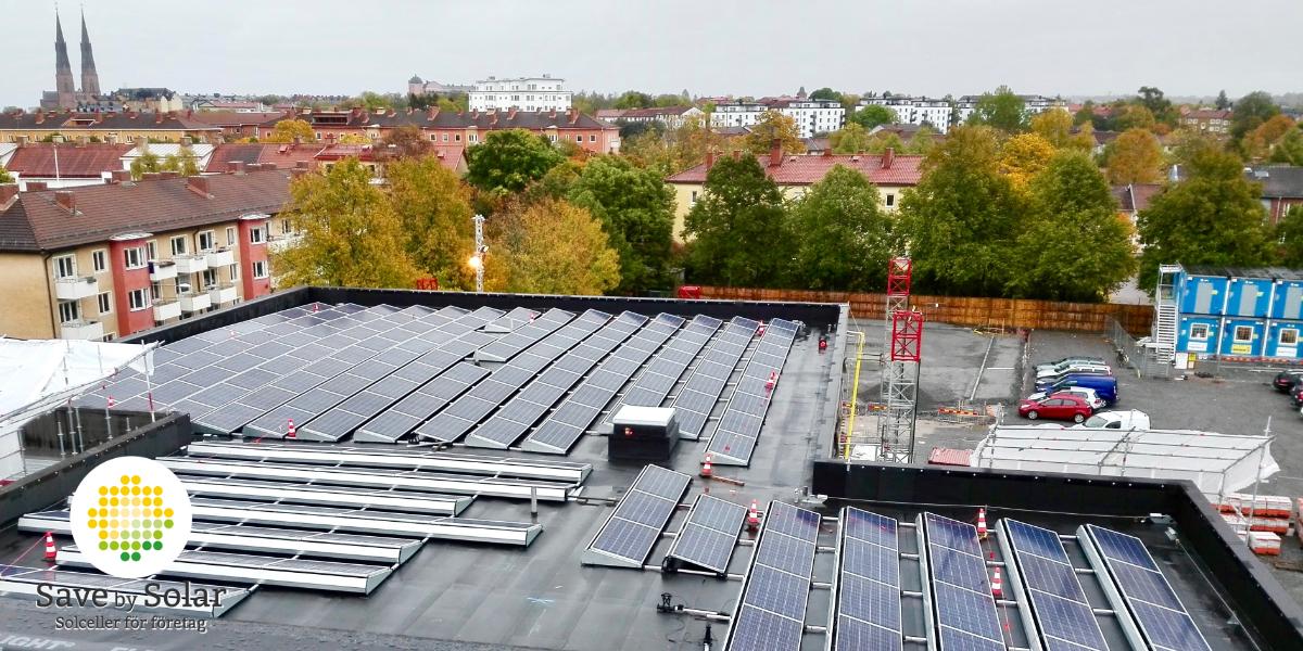 Solscellpaneler på Tiundaskolans tak, där det kommer att installerar batteri
