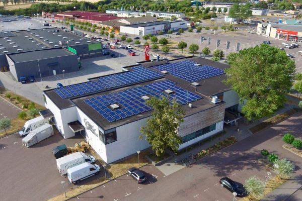 Bild på solceller hos Miljögårdens Möbler i Lund. Save by Solar har installerat anläggningen.