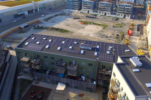 Solceller som Save by Solar installerat åt fastighetsbolaget Wallenstam i Barkarbystaden i Järfälla.