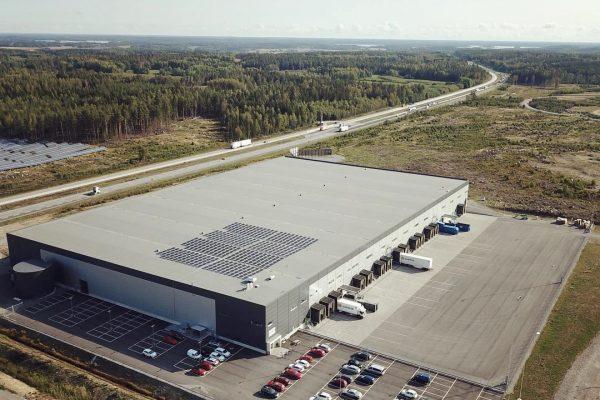 Save by Solar har installerat solceller åt fastighetsbolaget Bockasjö på deras fastighet E20-terminalen i Eskilstuna, där Sportamore är hyresgäst.