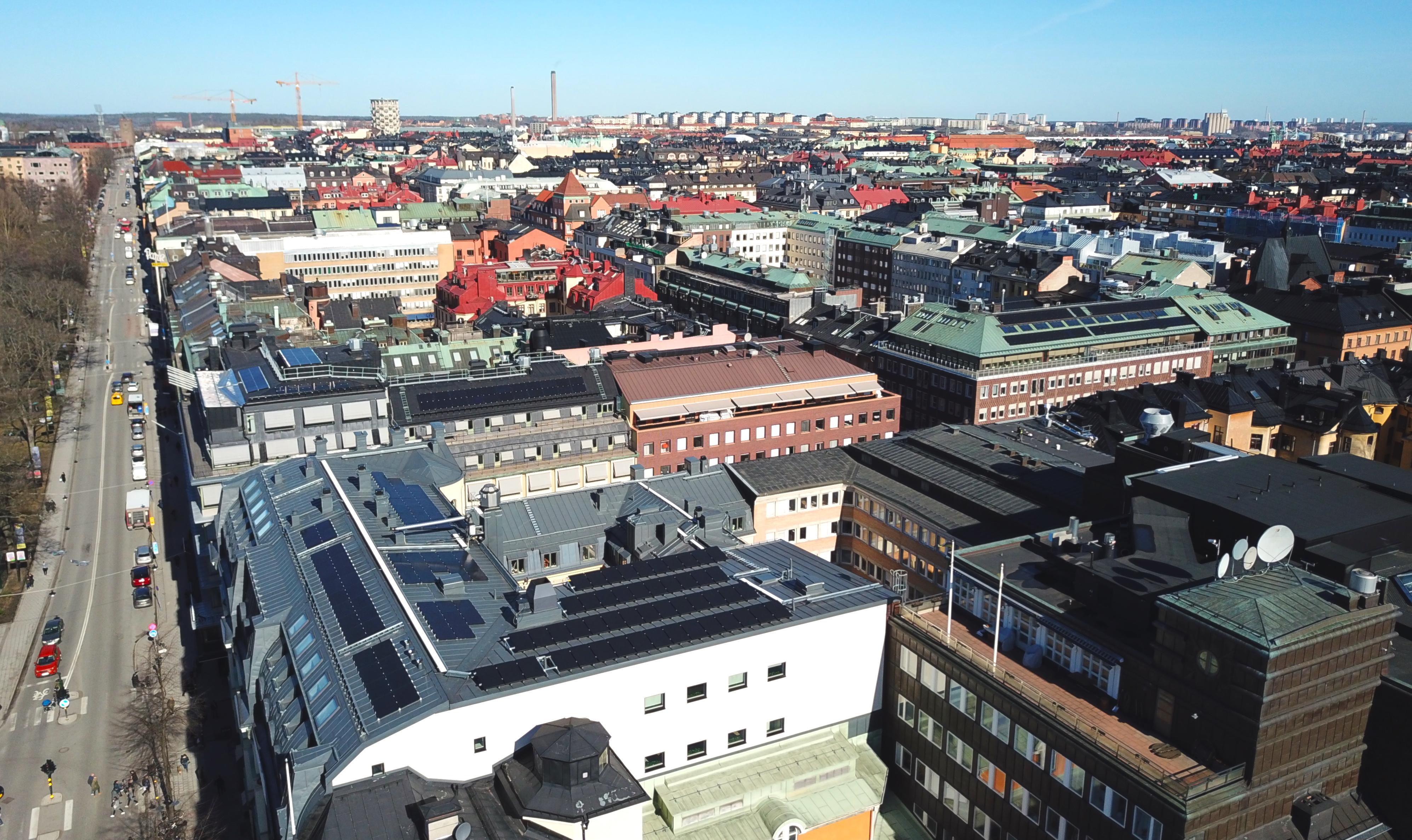 Solceller i Stockholm city där Save by Solar installerat en solcellsanläggning på flera fastigheter